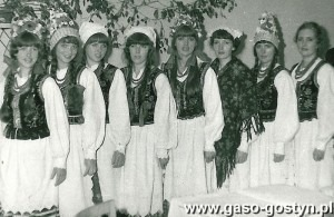 3419.Podczas koncertu ZDEDYKACJA RODZINIE wZakladowym Domu KUltury HUTNIK wGostyniu (1980r.) wystapil zespol muzyczno-wokalny OSIEM SI