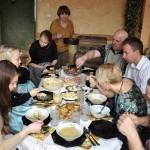 Przy stole rodzina a na stole same pyszności wielkanocne
