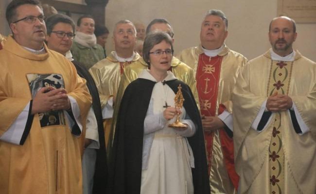 Wprowadzenie relikwii ipoświęcenie ołtarza bł.Michała wWilnie